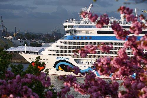AIDAdiva verabschiedet sich von Hamburg