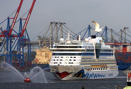 AIDAdiva in Hamburg - Einlauf in den Hamburger Hafen