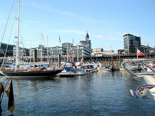 City Sporthafen Hamburg - HafenCity, im Hintergrund der Michel