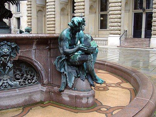 Hamburg Rathaus - Figur des Hygieia-Brunnens