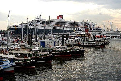 Queen Mary 2 beim Auslaufen aus Hamburger Hafen