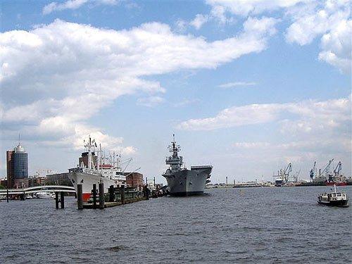 Museumsschiff Cap San Diego und britischer Flugzeugträger Ark Royal