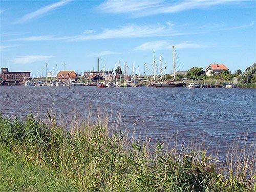 Hafen in Ostfriesland bei schönem Wetter