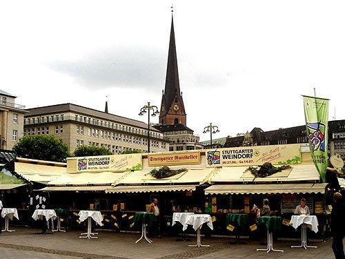 Stuttgarter Weindorf in Hamburg auf dem Rathausmarkt