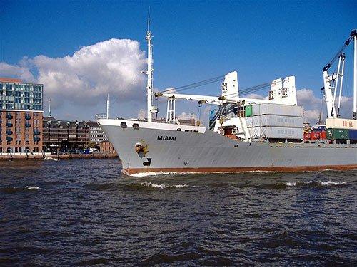 Containerschiff auf der Elbe in Hamburg