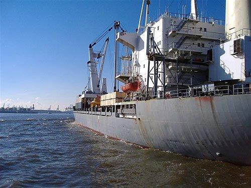 Containerfrachter in Hamburg auf der Elbe