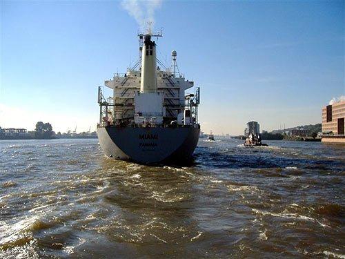 Containerschiff Miami beim Auslaufen auf der Elbe in Hamburg
