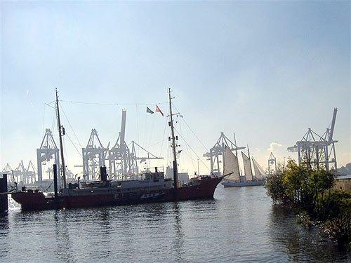 Feuerschiff Elbe 3 und Segler vor Containerterminals in Hamburg