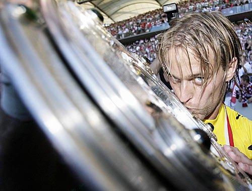 Der Stuttgarter Torhüter Timo Hildebrand küsst die Meisterschale