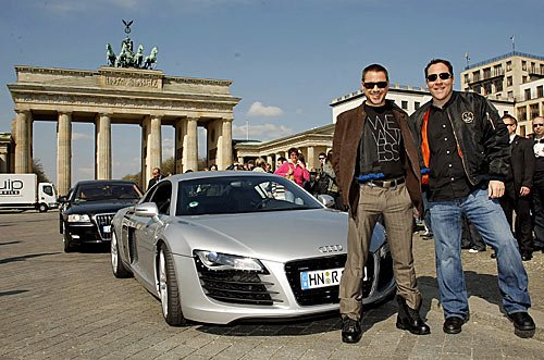 Der Iron man und Audi R8 am Brandenburger Tor in Berlin