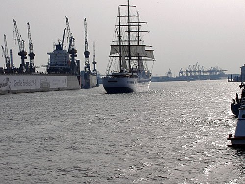 Hamburger Hafen - Sea Cloud II passiert ein Dock von Blohm & Voss