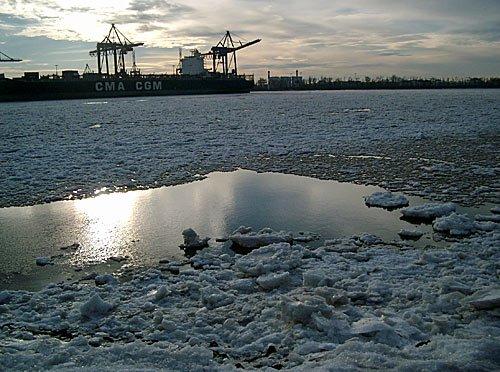 Hamburg Winter Eis im Hafen