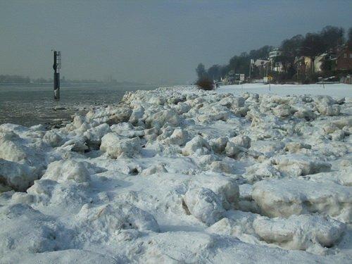 Packeis am Strand von Neumühlen - Hamburg