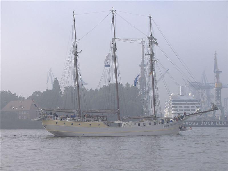 Hambuger Hafen im Herbst Nebel